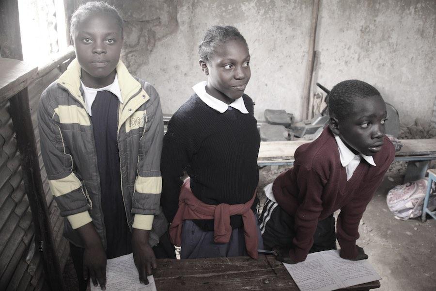 Schülerinnen in einer bhelfsmäßigen Schule im Korogocho-Slum in Nairobi © Tom Rübenach