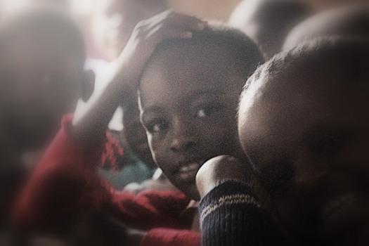 Ein Kind will lernen, wie alle im Slum von Korogocho.