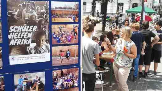 """Großes Engagement am """"Afrika-Tag"""" in Siegburg im Juli. Unter dem Motto """"Schüler helfen Schülern"""" kamen mehr als 15.000 Euro zusammen. Foto: Tom Rübenach"""
