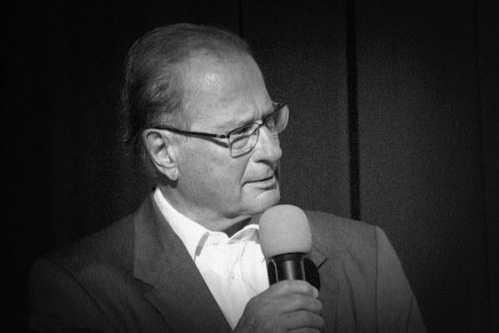 Klaus Kinkel in Siegburg 2018 mit Mikrofon, Foto schwarz-weiß © Tom Rübenach