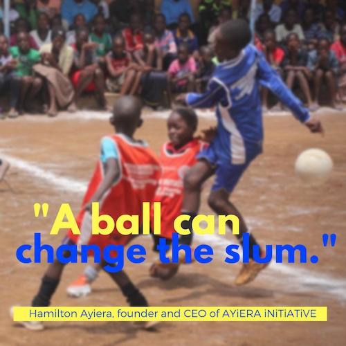Ein Ball kann den Slum verändern - das steht auf einem Bild Fußball spielender Kinder in englischer Sprache. © Tom Rübenach