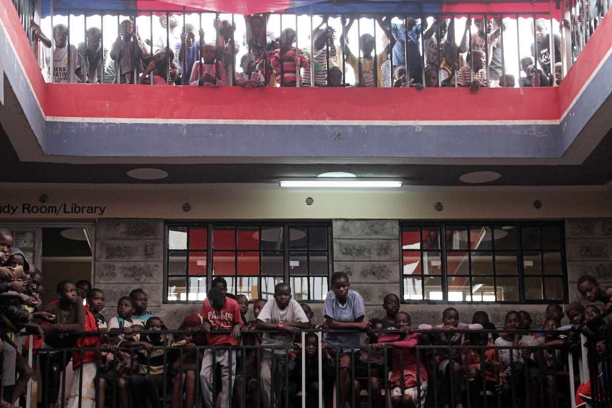 Das Ayiera Community Centre von innen, mit vielen Jugendlichen. © Tom Rübenach