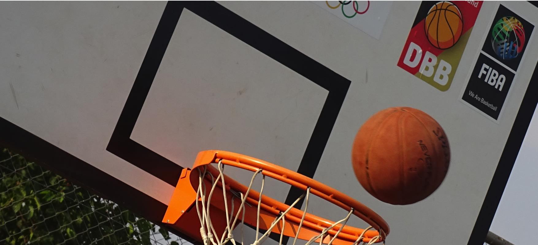 ein Basketabll, der in einen Korb hineinfliegt, bei der Stiftung BAS in Namibia.