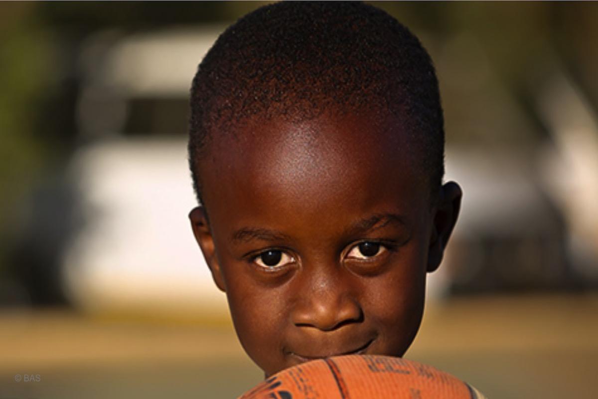 Ein Junge mit einem Basketball von der Stiftung BAS in Namibia © BAS