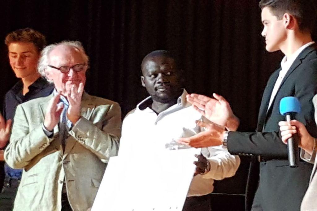 Hamilton Ayiera nimmt einen Scheck in Höhe von 10.000 Euro für seine Initiative im Slum Korogocho in Nairobi entgegen. © Tom Rübenach
