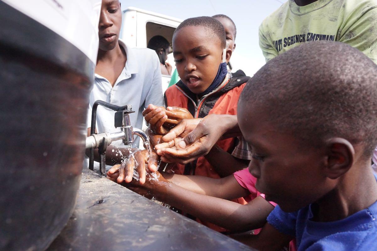 Kinder im Korogocho von Nairobi beim Händewaschen. | Photo © Lucas Oduor