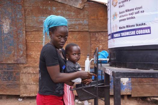 Mutter und Kind können endlich für die eigene Hygien sorgen in der Corona-Krise. Photo © Lucas Oduor