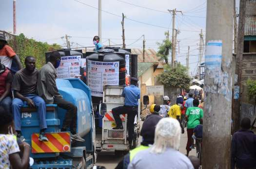 Maßarbeit ist nötig bei der Fahrt durch den dicht besiedelten Slum mit seinen kleinen Straßen. Photo © Lucas Oduor