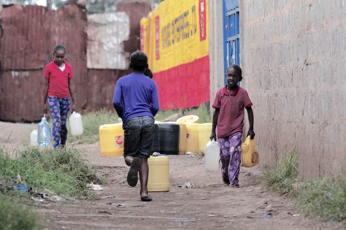 Begegnung im Slum Korogocho: Wasser schleppen für die Hygiene. Photo © Lucas Oduor